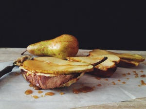 Crostoni con pere caramellate e provola di Montalbano Elicona.