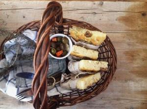 Focaccia con olive e rosmarino.
