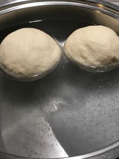 In acqua bollente con sale e bicarbonato.